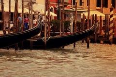 威尼斯, ITALY-15 2017年9月:漂浮在主要Cana的长平底船 免版税库存照片