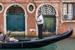 威尼斯, ITALY/EUROPE - 10月12日:使用他的tradein的平底船的船夫 免版税库存图片