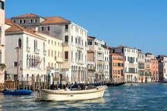 威尼斯, ITALY/EUROPE - 10月12日:巡航在下的快速汽艇 免版税库存照片
