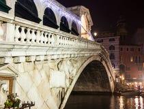 威尼斯, rialto桥梁晚上 免版税图库摄影