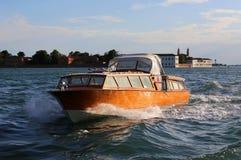 威尼斯,VE,意大利- 2016年7月14日:作为出租汽车使用的快速的汽艇 库存图片
