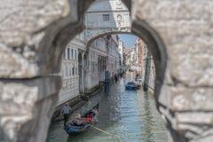 威尼斯:往叹气桥梁,运河,平底船的船夫的独特的风景 库存照片