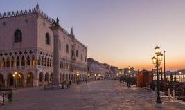 威尼斯-共和国总督宫殿和和江边早晨黄昏的 库存图片