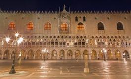 威尼斯-共和国总督宫殿在晚上 免版税库存图片