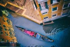 威尼斯-在一条小运河的长平底船 图库摄影