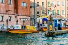 威尼斯紧急医疗服务小船驻地 图库摄影