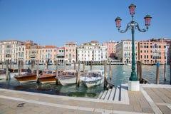 威尼斯-教会圣玛丽亚della致敬的重创的运河和小船。 免版税库存图片