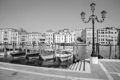 威尼斯-教会圣玛丽亚della致敬的重创的运河和小船。 库存照片