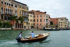 威尼斯- 8月25。漂浮在Gran的汽船的两个人 库存图片