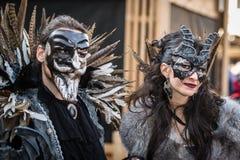 威尼斯- 2016年2月6日:五颜六色的狂欢节面具通过威尼斯街道  图库摄影