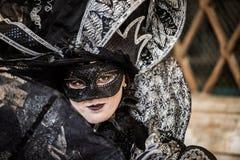 威尼斯- 2016年2月6日:五颜六色的狂欢节面具通过威尼斯街道  免版税图库摄影