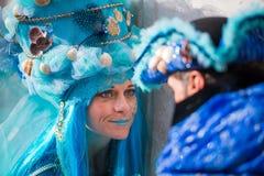 威尼斯- 2016年2月6日:五颜六色的狂欢节面具通过威尼斯街道  免版税库存照片