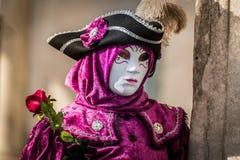 威尼斯- 2016年2月6日:五颜六色的狂欢节面具通过威尼斯街道  库存图片