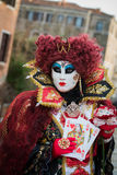 威尼斯- 2016年2月6日:五颜六色的狂欢节面具通过威尼斯街道  库存照片