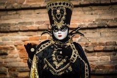 威尼斯- 2016年2月6日:五颜六色的狂欢节面具通过威尼斯街道  免版税库存图片