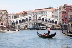 威尼斯6月2017年,意大利 Rialto桥梁和长平底船 免版税库存照片