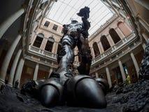 威尼斯- 10月06 :在达米恩・赫斯特陈列的入口的雕象在2017年10月06日的Tre Occhi博物馆寸 库存图片