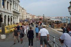 威尼斯- 10月04 :很多游人在威尼斯访问2017年10月04日的威尼斯 图库摄影