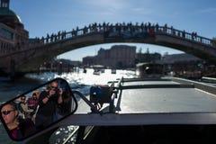 威尼斯- 10月07 :摄影师皮埃尔阿吨在背景中做照片有Ponte dellAccademia的镜子和游人 免版税库存图片
