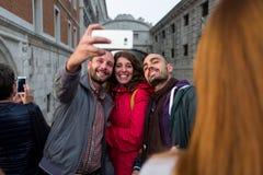 威尼斯- 10月04 :未知的游人在2017年10月04日做在著名Ponte dei Sospiri桥梁前面的一selfie 库存照片