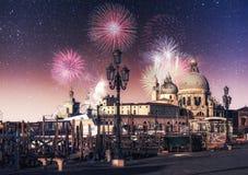 威尼斯 照片贺卡 在黑天空背景的五颜六色的烟花 免版税库存图片