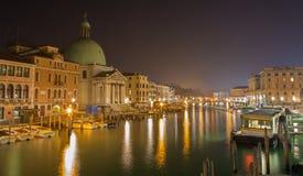 威尼斯-运河重创和教会圣Simeone Picolo在晚上 免版税库存照片