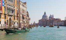 威尼斯-运河重创的下面Ponte Accademia和教会圣玛丽亚della致敬 免版税库存图片