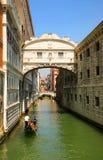 威尼斯 通过在叹气桥梁的长平底船  免版税库存照片
