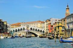 威尼斯- 3月28 : 在Rialto桥梁的长平底船 免版税图库摄影