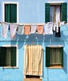 威尼斯coulors,垂悬在窗口里的衣裳 库存图片