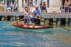 威尼斯Vogalonga赛船会的划桨手,意大利 免版税库存图片