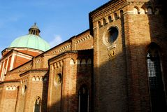 威岑扎大教堂的左边在从左边(意大利)采取的威尼托 免版税库存图片