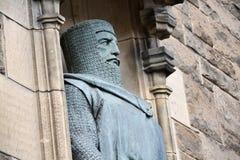 威廉・华莱士镀青铜雕象细节在警卫室入口对Edinbugh城堡,苏格兰,英国 免版税图库摄影