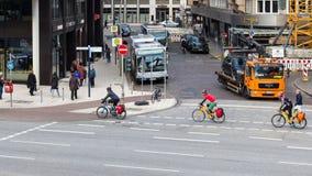 威廉勃朗特Strasse的自行车骑士在汉堡 库存照片