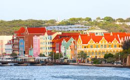 威廉斯塔德,库拉索岛,荷属安的列斯 五颜六色的房子和Punda,Willemstadr商业大厦,在加勒比 免版税库存照片