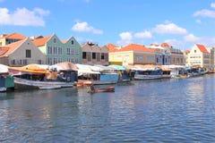 威廉斯塔德,库拉索岛- 12/17/17 :五颜六色的浮动市场在库拉索岛 库存图片
