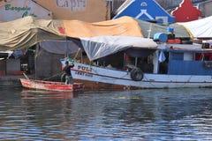 威廉斯塔德,库拉索岛- 12/17/17 :小船在浮动市场上在库拉索岛 库存图片