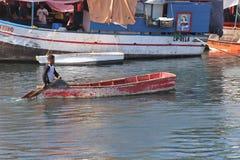 威廉斯塔德,库拉索岛- 12/17/17 :小船在浮动市场上在库拉索岛 免版税库存图片