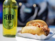 威廉港,德国- 4月19 :一个饼干用大虾和耶费尔啤酒在阳光下2014年4月19日在威廉港 库存图片
