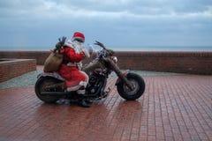 威廉港,德国- 12月24 :未认出的骑自行车的人穿戴作为圣诞节的圣诞老人在南海滩  库存照片