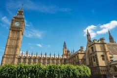 威斯敏斯特大本钟和宫殿在一个美好的夏日 免版税库存图片