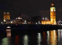 威斯敏斯特宫和威斯敏斯特桥梁夜 库存照片