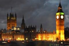 威斯敏斯特宫殿和大本钟塔夜视图 免版税库存图片