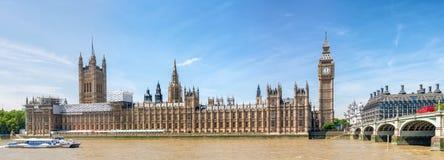 威斯敏斯特宫殿和泰晤士河美好的全景, 库存照片