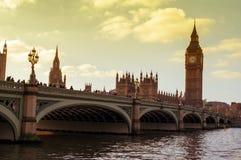 威斯敏斯特桥梁和大本钟在伦敦,英国 免版税库存照片