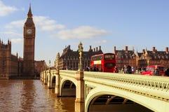 威斯敏斯特桥梁和大本钟在伦敦,英国 库存照片