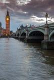 威斯敏斯特桥梁和大本钟,伦敦,英国夜视图  库存图片