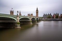 威斯敏斯特桥梁和女王伊丽莎白塔早晨 免版税库存图片