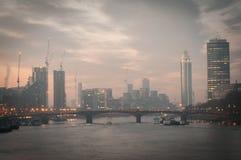 从威斯敏斯特桥梁的伦敦地平线在日出 伦敦英国 库存图片