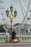 威斯敏斯特桥梁的吹风笛者 库存照片